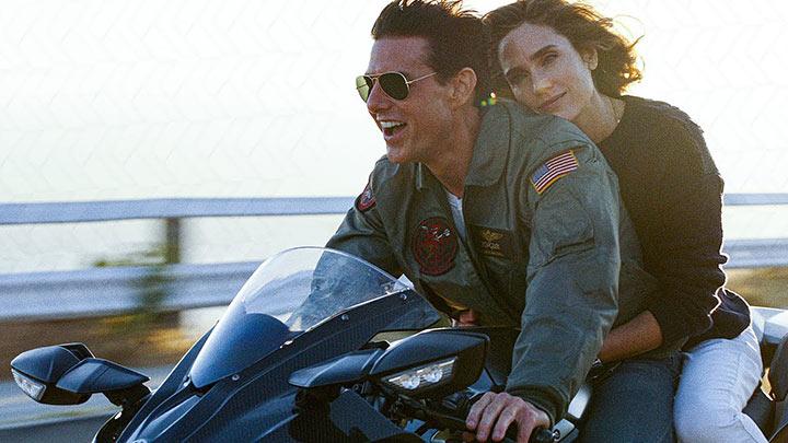 tom cruise portant des ray ban sur une moto pour le film Top Gun